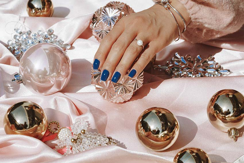 hand with rings and blue nails
